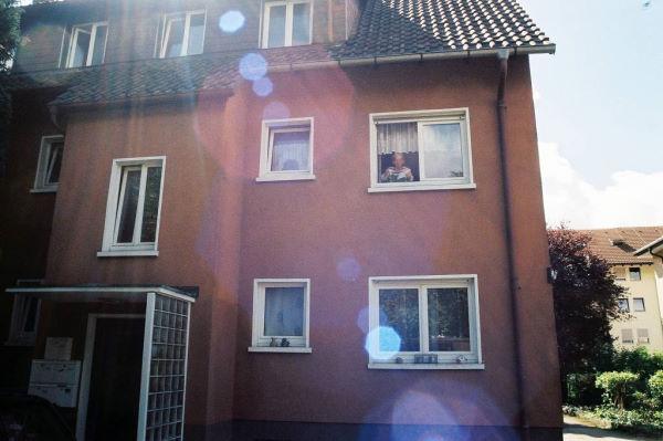 Frau Vosskuhl am Fenster