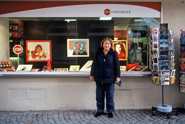 Ruth vor dem Foto-Forstmeyer